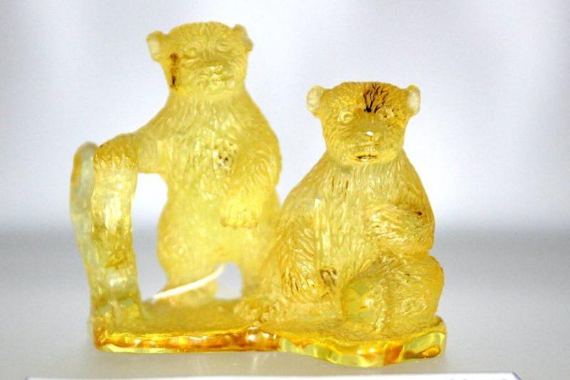 Niedźwiadki - rzeźba wykonana z kopalu kolumbijskiego (Galeria Boruni)